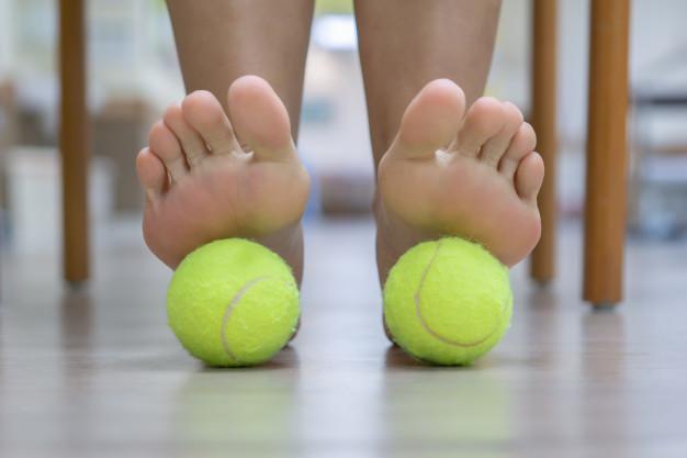 Reduce el dolor de la fascia del pie usando una pelota de tenis